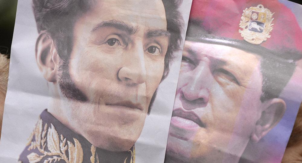 Carteles de Hugo Chávez y Simón Bolívar