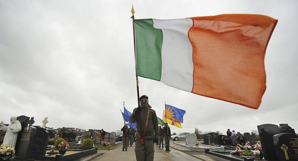 Un miembro de Sinn Fein con la bandera nacional de Irlanda