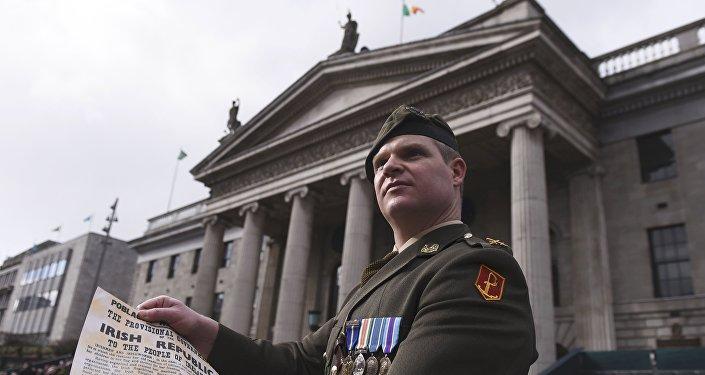El comandante Pat O´Connor tiene en sus manos la Proclamación de la República durante el aniversario del Alzamiento de Pascua en Dublín