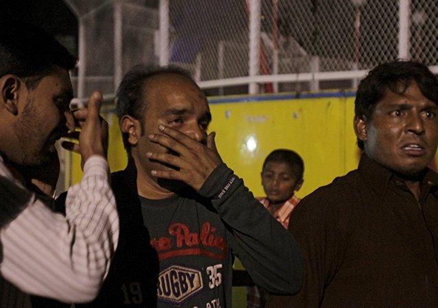 Un hombre llora tras la muerte de su familiar durante el atentado en Lahore, Pakistán