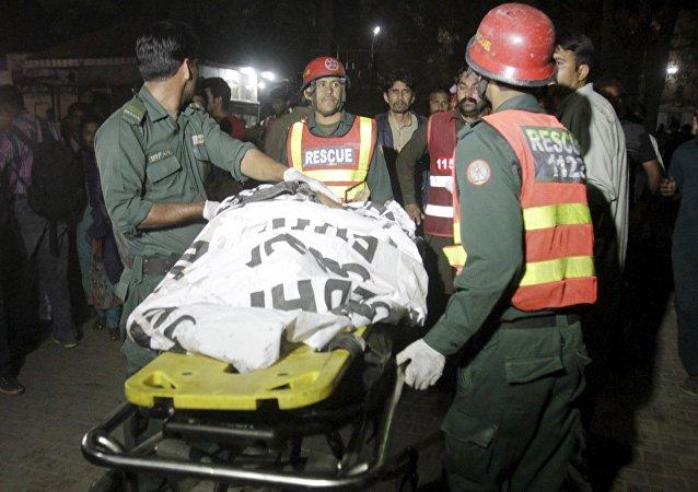 Labores de rescate tras la explosión en Lahore, Pakistán