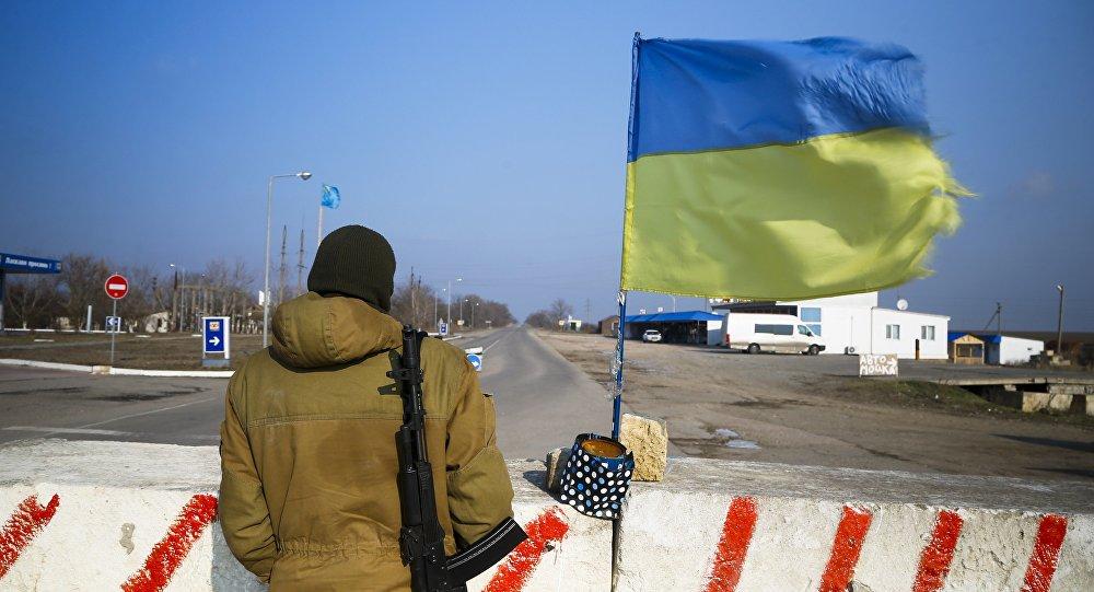 Bandera de Ucrania en la frontera con Crimea (archivo)