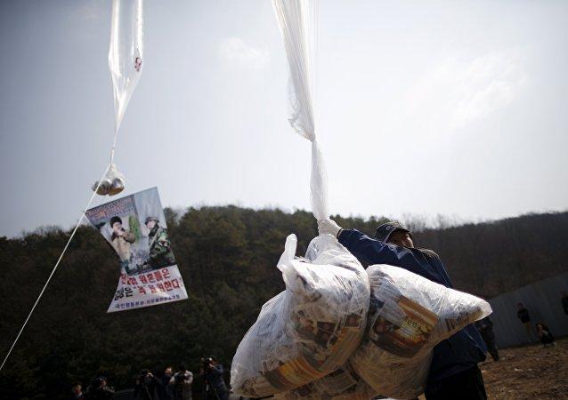 Lanzamiento de globos con panfletos antinorcoreanos (archivo)