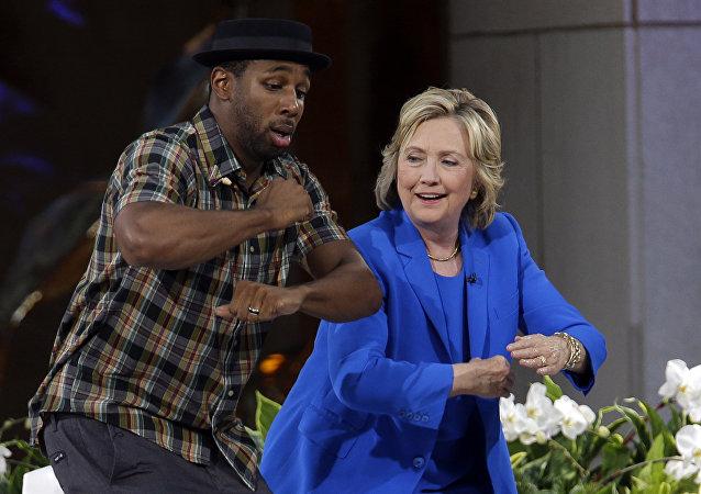 La candidata presidencial demócrata Hillary Clinton practica sus movimientos de baile con DJ Stephen tWitch Boss