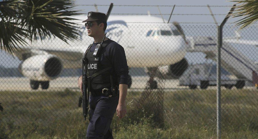 Policía cerca del aeropuerto de Lárnaca deonde se encuentra el avión secuestrado