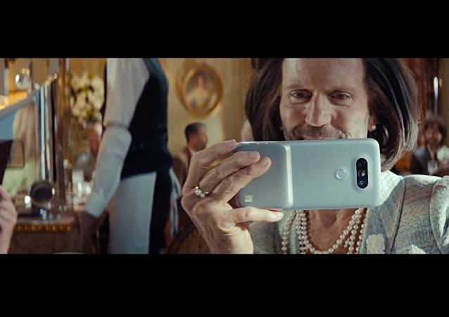 Jason Statham, protagonizando el anuncio de un nuevo modelo de teléfono inteligente de LG
