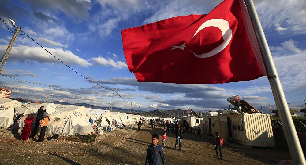 Bandera de Turquía en un campo de refugiados sirios (archivo)