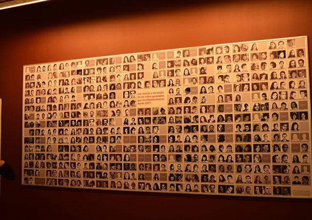 Mural en la Casa por la Identidad con imágenes de padres y madres desaparecidos durante la última dictadura militar argentina