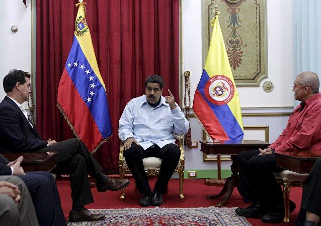 Frank Pearl, representante del Gobierno colombiano, Nicolás Maduro y Antonio García de ELN