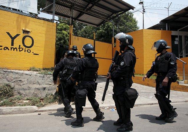 Policías salvadoreños