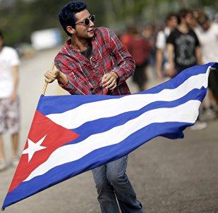 Un hombre con bandera de Cuba