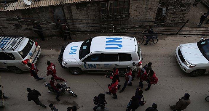 Vehículos de la ONU en un convoy con ayuda humanitaria en Siria