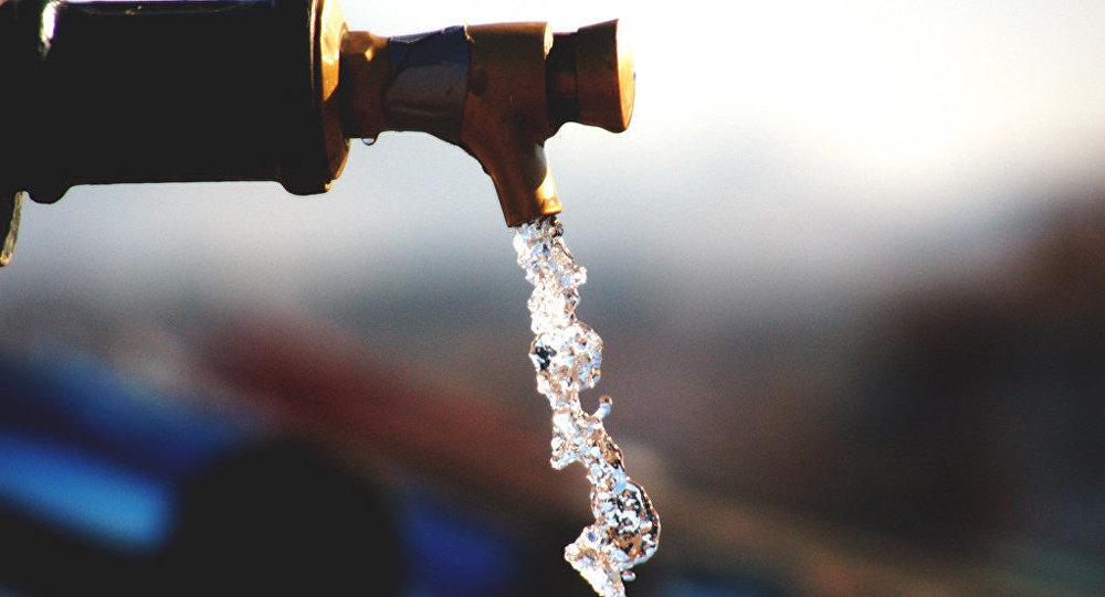 Un grifo con agua