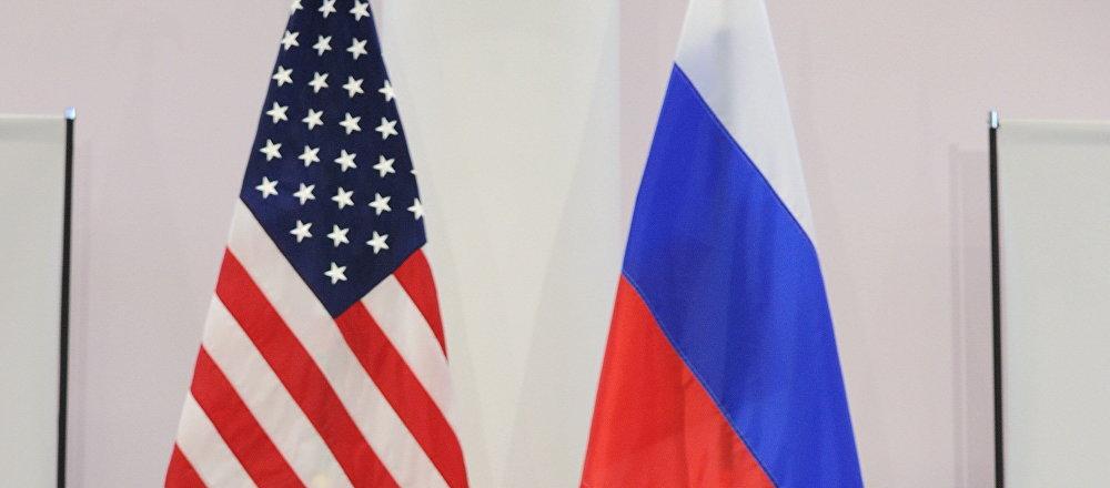 Banderas de EEUU y Rusia