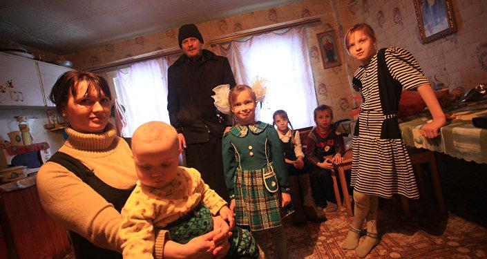 En vísperas de la fiesta el padre visita una familia de 7 hijos