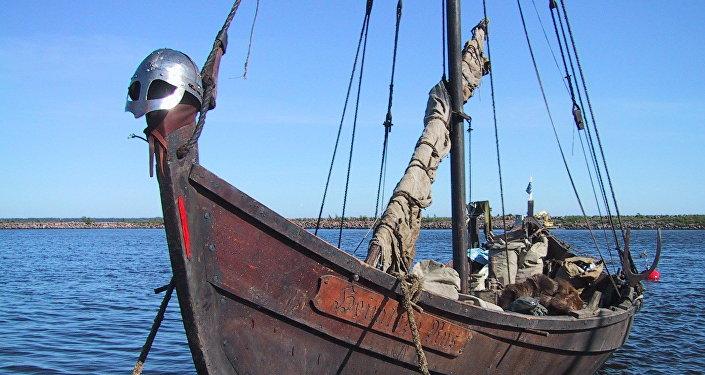 Una réplica moderna de un barco vikingo