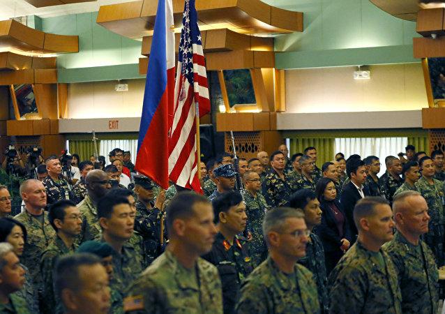Militares filipinos y estadounidenses participantes de las maniobras Balikatan 2016