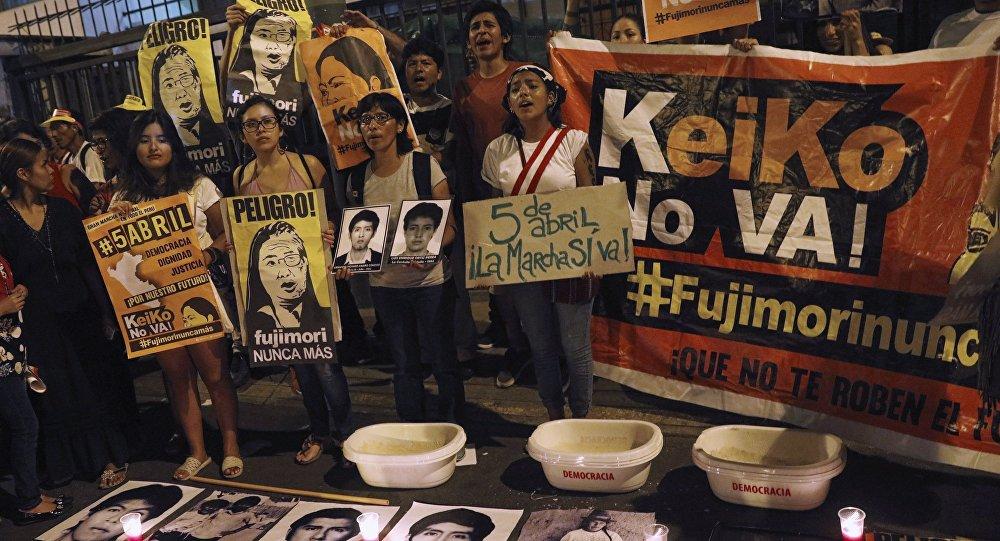 Gente protestando contra la candidatura presidencial de Keiko Fujimori en Lima, Perú