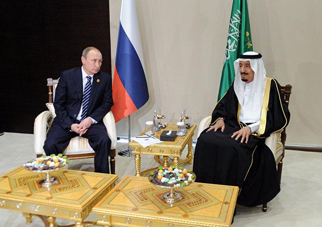 El presidente de Rusia, Vladímir Putin, y el rey de Arabia Saudí, Salman bin Abdulaziz Saud