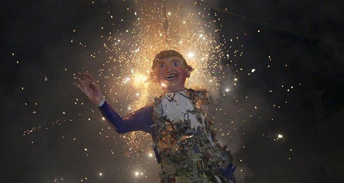 Mexicanos queman una efigie de Donald Trump