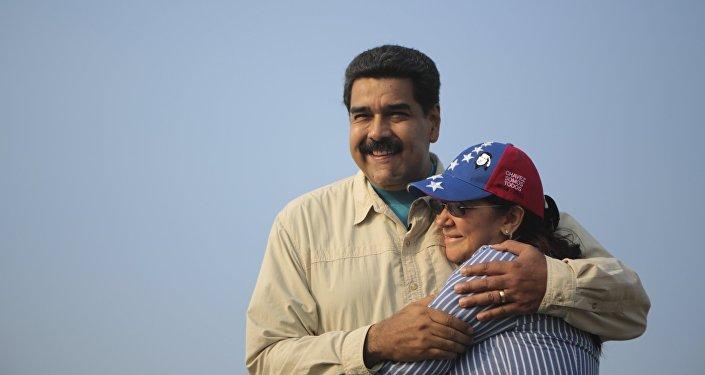 Presidente de Venezuela, Nicolás Maduro, con su esposa, Cilia Flores (archivo)