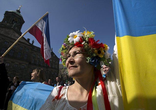 Mujer ucraniana en la manifestación a respeto del referendum, Ámsterdam, el 3 de abril de 2016.