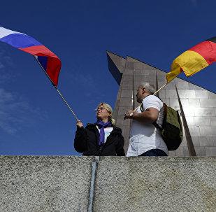 Los ciudadanos sosteniendo las banderas de Rusia y Alemania en Berlín
