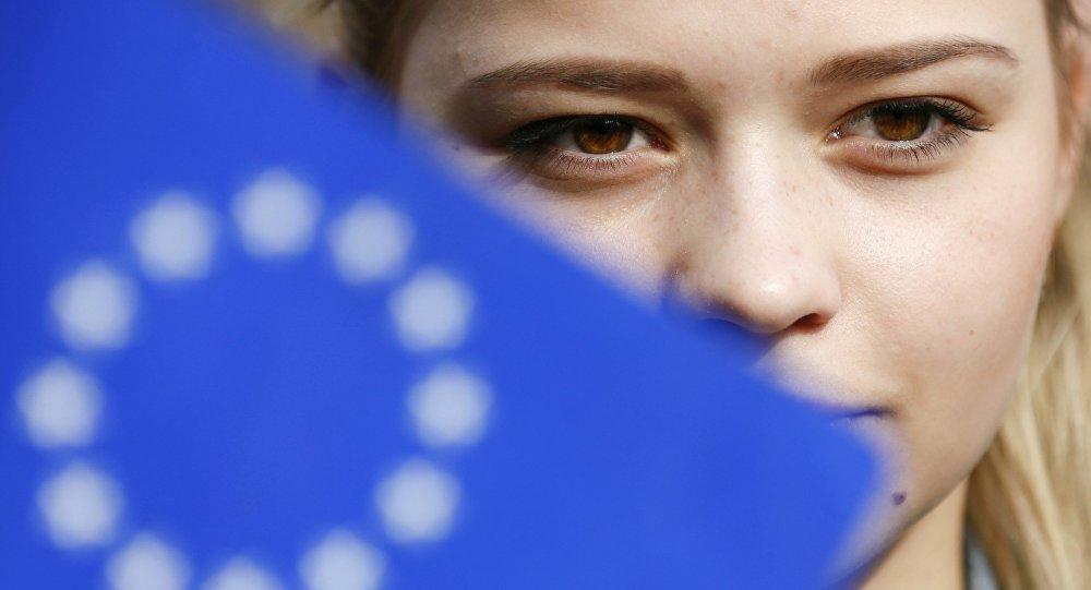 Una mujer ucraniana durante un flashmob celebrado en Kiev en vísperas del referendo en los Países Bajos
