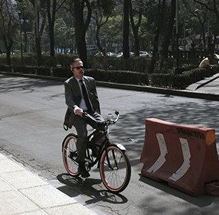 Un hombre en bicicleta durante la jornada bajo contingencia por contaminación en la Ciudad de México, 2016.