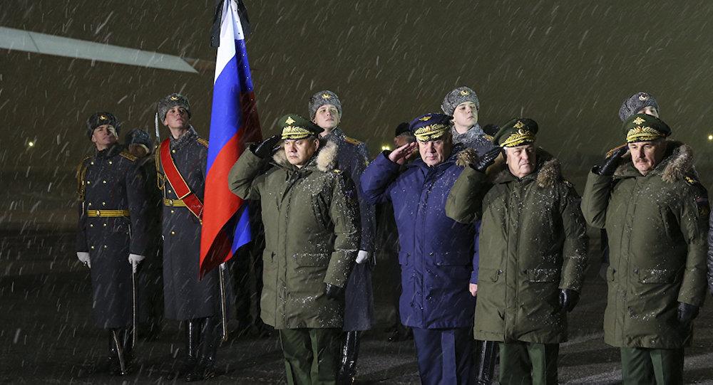 Ministro de Defensa de Rusia recibe el avión con el cuerpo del piloto del Su-24 derribado en Turquía