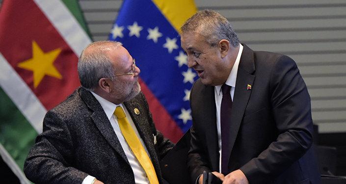 Carlos Pareja, ministro de Hidrocarburos de Ecuador, y Eulogio del Pino, ministro de Petróleo y Minería de Venezuela