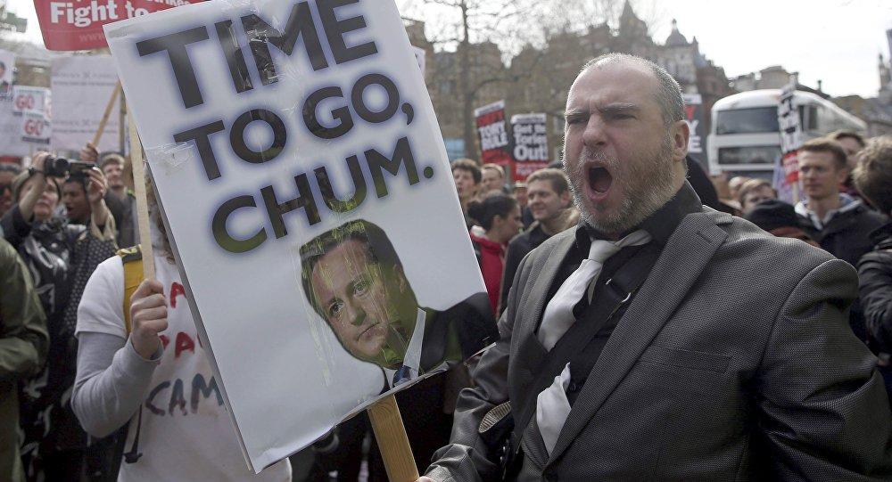 Manifestantes con pancartas durante la protesta alrededor de Downing Street en Londres