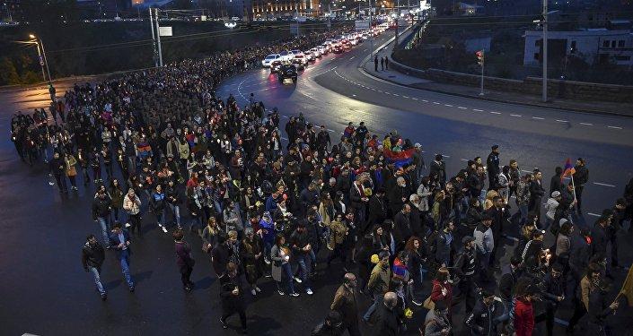 La marcha en Ereván honor a los soldados asesinados en los recientes combates en Nagorno Karabaj