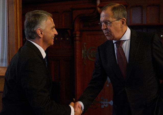 Ministro de Exteriores de Suiza, Didier Burkhalter, y ministro de Exteriores de Rusia, Serguéi Lavrov (Archivo)