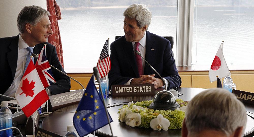 Ministro de Asuntos Exteriores de Reino Unido, Philip Hammond (izda.), y secretario de Estado de EEUU, John Kerry (centro), durante la cumbre de G7 en Japón
