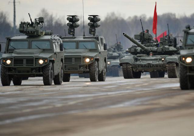 Los vehículos blindados rusos  acompañan una columna de tanques.