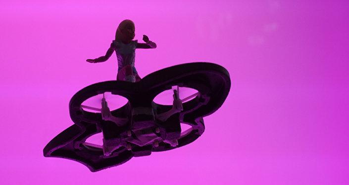 Una muñeca Barbie sobre un hoverboard improvisado