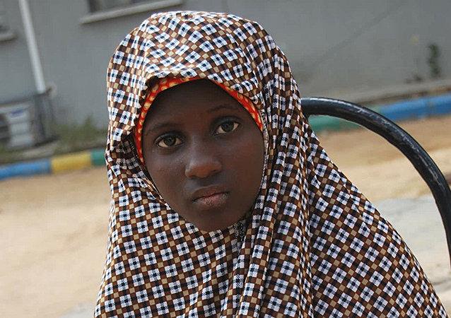 Zahra'u Babangida de 13 años detenida con la cinturón de explosivos puesto a su cuerpo