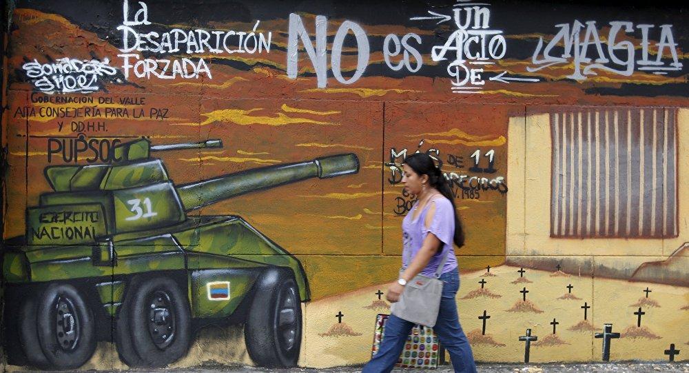 Una mujer camina por Colombia.