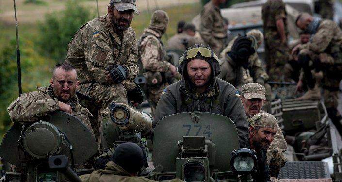 El soldado ucraniano en la región de Donetsk, Ucrania