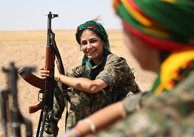 Mujeres combatientes de la Unidad de Protección Popular Kurda (YPG) durante un reposo en una ciudad del noroeste de Siria, 4 de septiembre, 2015.