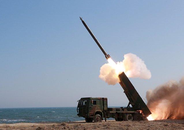 Un cohete lanzado durante la demonstración de nuevas armas en Corea del Norte