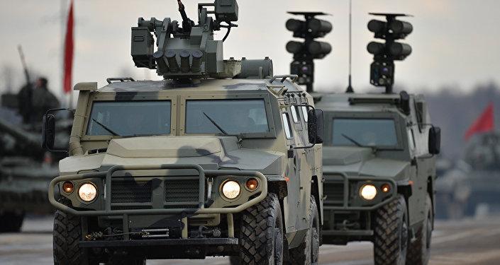 El coche blindado ruso Tigre con los módulos Ballesta y Kornet