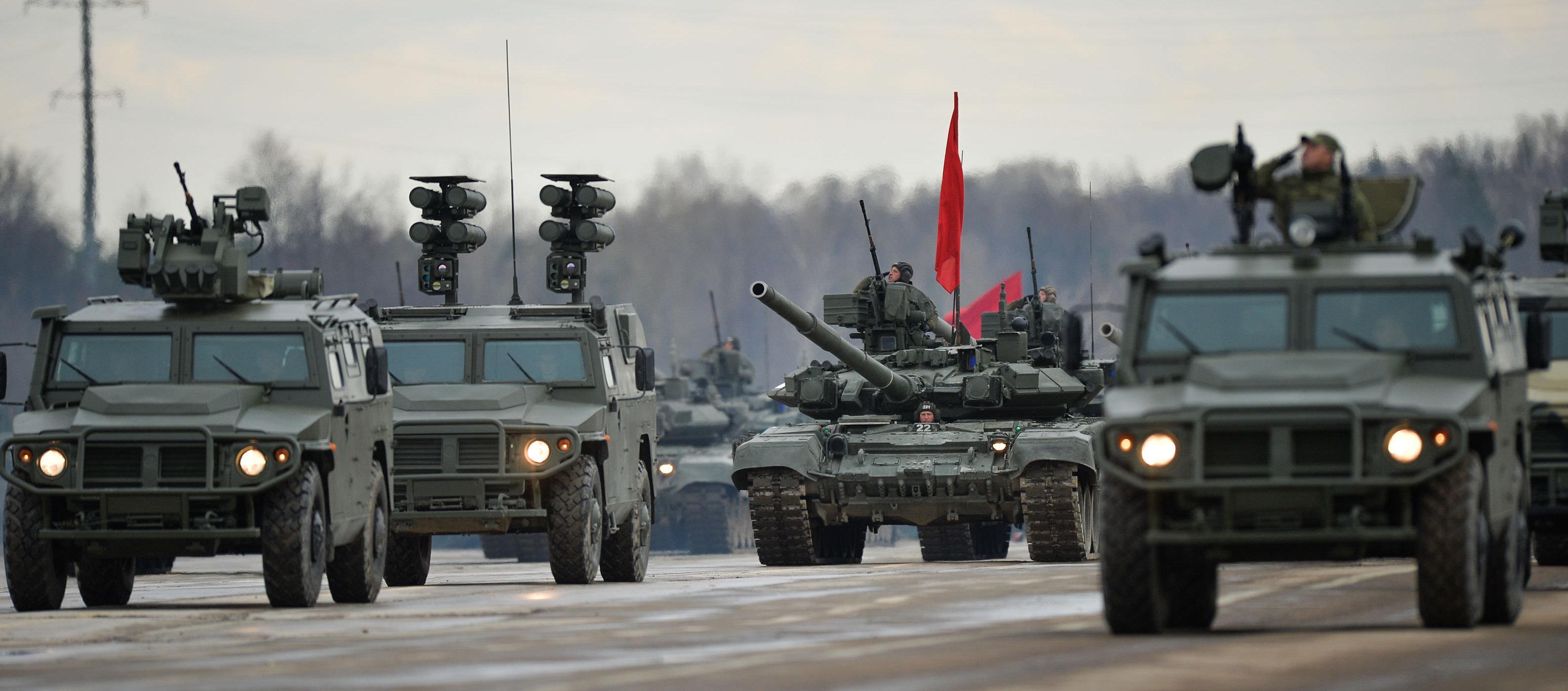Los vehículos blindados rusos se entrenan para el Desfile de la Victoria del 9 de Mayo. Los Tigres de varias modificaciones acompañan una columna de tanques.