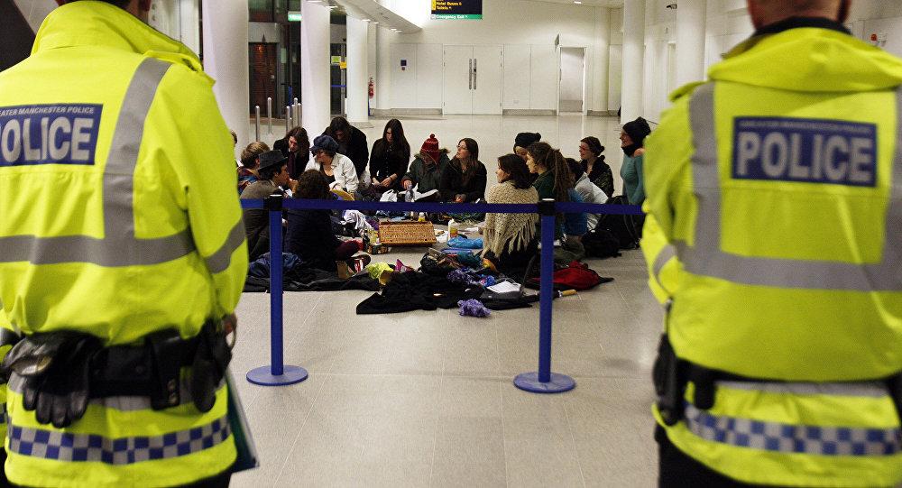 Policías en el aeropuerto de Manchester