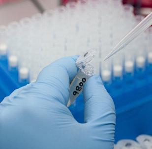 Tubos de ensayo con muestras de sangre
