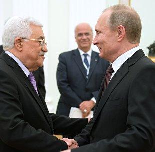 Presidente ruso Vladimir Putin con el líder palestino Mahmoud Abbas