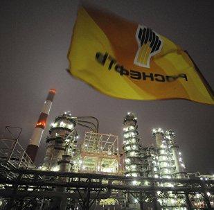 Una bandera con logo de Rosneft