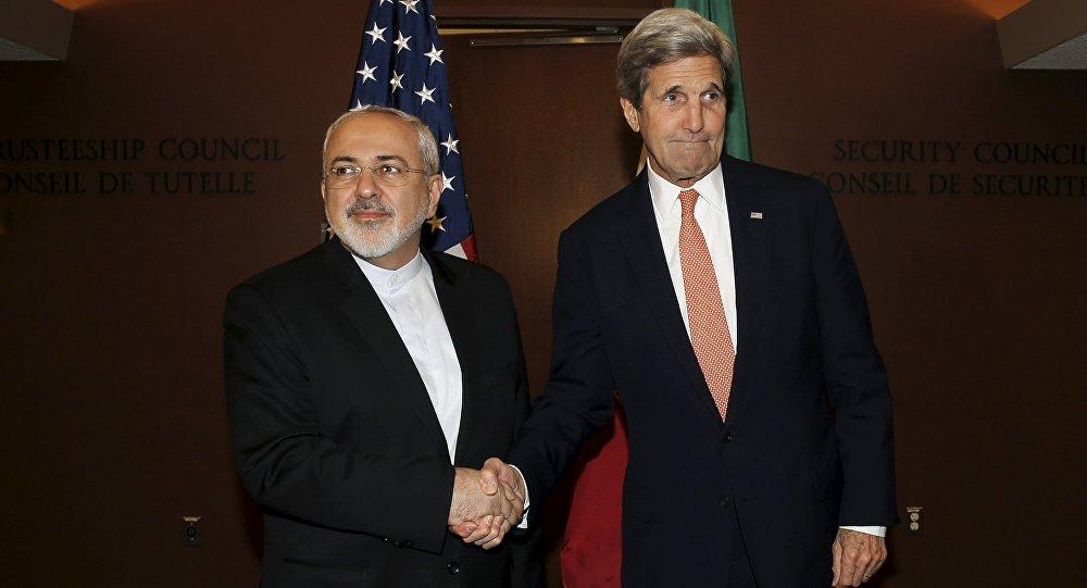 Ministro de Exteriores de Irán, Mohamad Yavad Zarif, y secretario del Departamento de Estado, John Kerry (archivo)