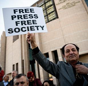 Un manifestante con una pancarta Prensa Libre Sociedad Libre (archivo)